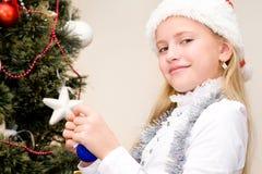 Niño que adorna el árbol de navidad Fotografía de archivo