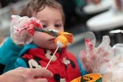 Niño que adorna la bola Foto de archivo libre de regalías