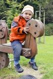 Niño que agita en el patio Imagenes de archivo