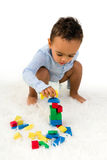 Niño que apila bloques Fotografía de archivo libre de regalías