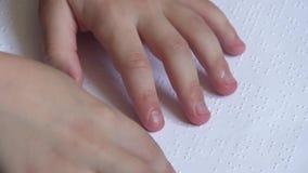Niño que aprende Braille en la escuela almacen de metraje de vídeo