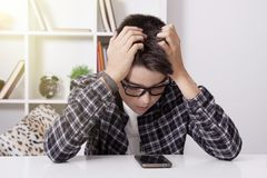 Niño que aprende con el teléfono foto de archivo libre de regalías