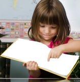 Niño que aprende en sala de clase Imagenes de archivo