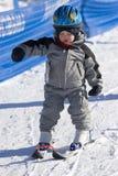 Niño que aprende esquiar Imagenes de archivo