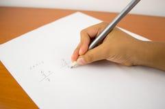 Niño que aprende matemáticas en la escuela Imagen de archivo libre de regalías