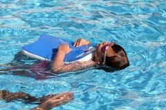 Niño que aprende nadar, lección que nada Fotografía de archivo libre de regalías