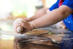 Niño que aprende para hacer la panadería y la pizza en una clase de cocina educativa Fotografía de archivo libre de regalías
