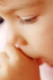 Niño que aspira el pulgar Foto de archivo libre de regalías