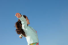 Niño que aumenta los brazos para el concepto del día de fiesta de la libertad Imágenes de archivo libres de regalías