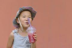 Niño que bebe la bebida fría foto de archivo