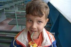 Niño que bebe un jugo Imágenes de archivo libres de regalías