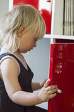 Niño que busca para el chocolate en armario imagen de archivo