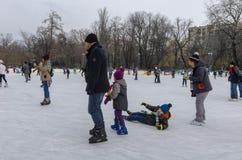 Niño que cae en el hielo Foto de archivo