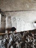 Niño que camina abajo de las escaleras Foto de archivo libre de regalías