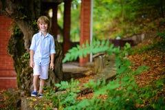 Niño que camina cerca de la cabaña Imagenes de archivo