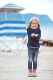 Niño que camina cerca del mar Imagen de archivo