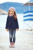 Niño que camina cerca del mar Foto de archivo libre de regalías