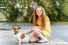 Niño que camina con su enchufe Russell del perrito Imagen de archivo libre de regalías