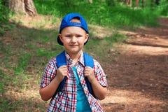 Niño que camina en bosque Foto de archivo