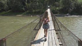 Niño que camina en el bosque, naturaleza al aire libre del niño, muchacha que juega en aventura que acampa fotos de archivo