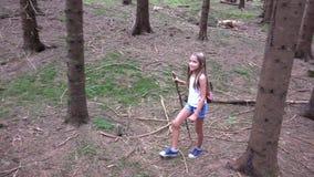 Niño que camina en el bosque, naturaleza al aire libre del niño, muchacha que juega en aventura que acampa almacen de metraje de vídeo