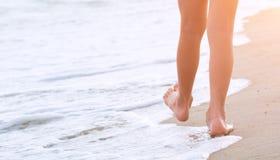 Niño que camina por la playa arenosa fotografía de archivo libre de regalías