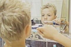 Niño que cepilla sus dientes Imagen de archivo libre de regalías