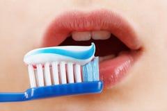 Niño que cepilla sus dientes con un cepillo de dientes Sonrisa linda Imágenes de archivo libres de regalías