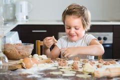 Niño que cocina las bolas de masa hervida de la carne Fotografía de archivo