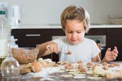 Niño que cocina las bolas de masa hervida de la carne Fotos de archivo