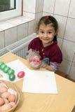Niño que colorea los huevos de Pascua Foto de archivo libre de regalías