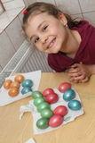 Niño que colorea los huevos de Pascua Imagen de archivo