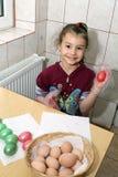 Niño que colorea los huevos de Pascua Foto de archivo