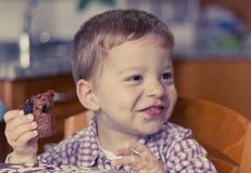 Niño que come el brownie Imágenes de archivo libres de regalías