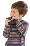 Niño que come el chocolate fotografía de archivo