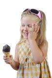 Niño que come el helado. Imagen de archivo