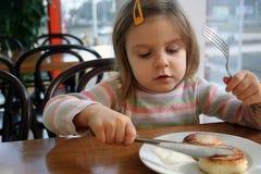 Niño que come el pastel de queso Imagen de archivo libre de regalías