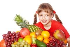 Niño que come el vehículo y la fruta. Imagen de archivo