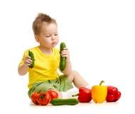 Niño que come la comida sana Imagen de archivo
