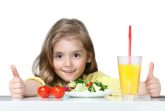 Niño que come la comida sana de las verduras aislada en blanco Fotos de archivo libres de regalías