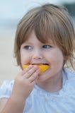 Niño que come la fruta Imagenes de archivo