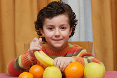 Niño que come la fruta imagen de archivo