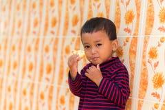 Niño que come la galleta Fotos de archivo libres de regalías