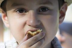 Niño que come la galleta Imagen de archivo