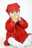 Niño que come la manzana Fotos de archivo