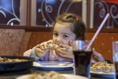 Niño que come la pizza en restaurante Imagen de archivo libre de regalías