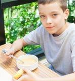 Niño que come la sopa Foto de archivo