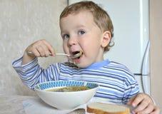 Niño que come la sopa Fotografía de archivo libre de regalías
