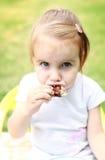 Niño que come la torta Imagen de archivo libre de regalías