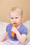 Niño que come la zanahoria Imagen de archivo libre de regalías